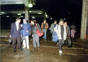 La intrarea în Sala Olimpia, când trupa nu se chema Pasărea Colibri (se văd acolo Moţu Pittiş, Mircea Baniciu, putin din Mircea Vintilă)